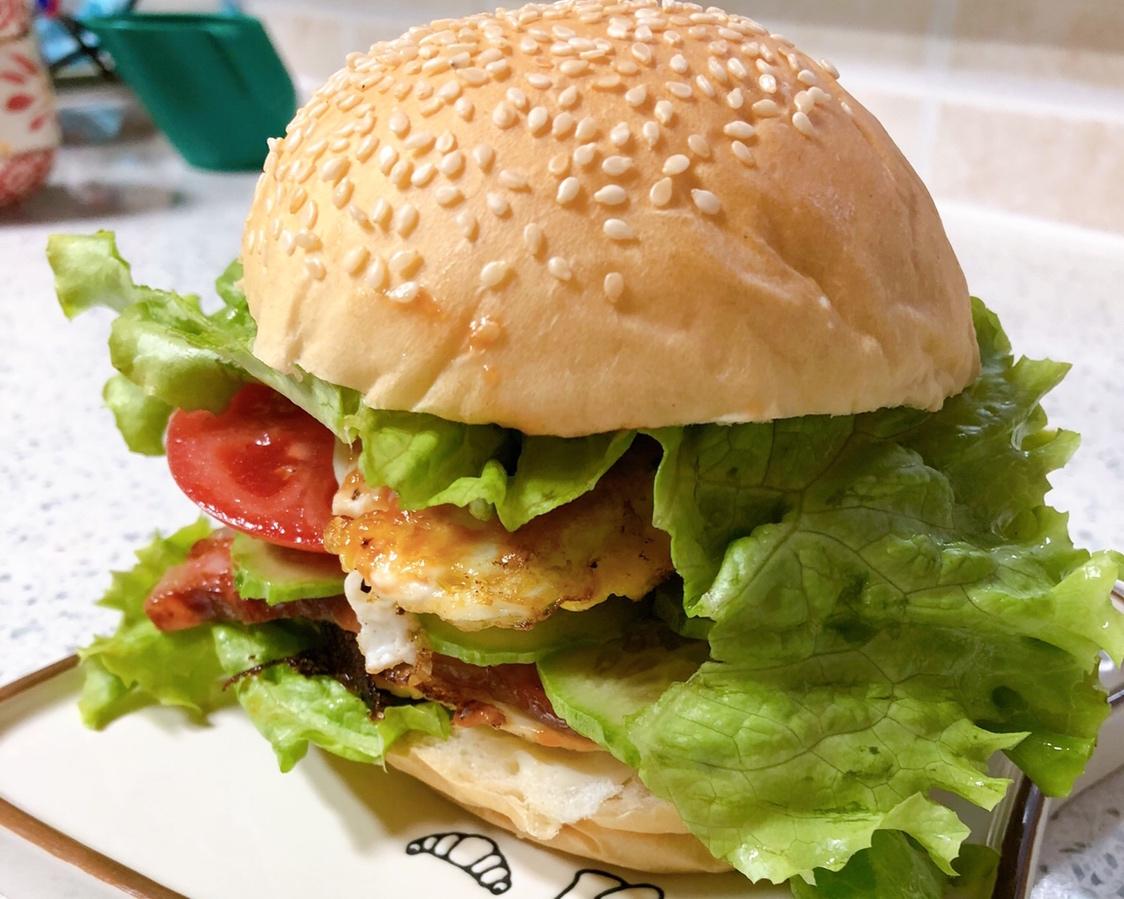 家族は、シンプルで簡単なハンバーガーの栄養の練習の家族の日常生活の迅速な労働者が含まれています
