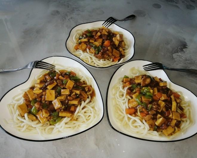 醤油を添えた栄養麺の子供は、食べ方、おいしい方法が大好き